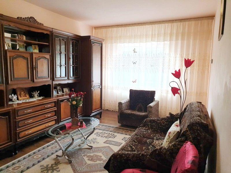 Apartament de vanzare, 3 camere Decomandat  Nicolina -1