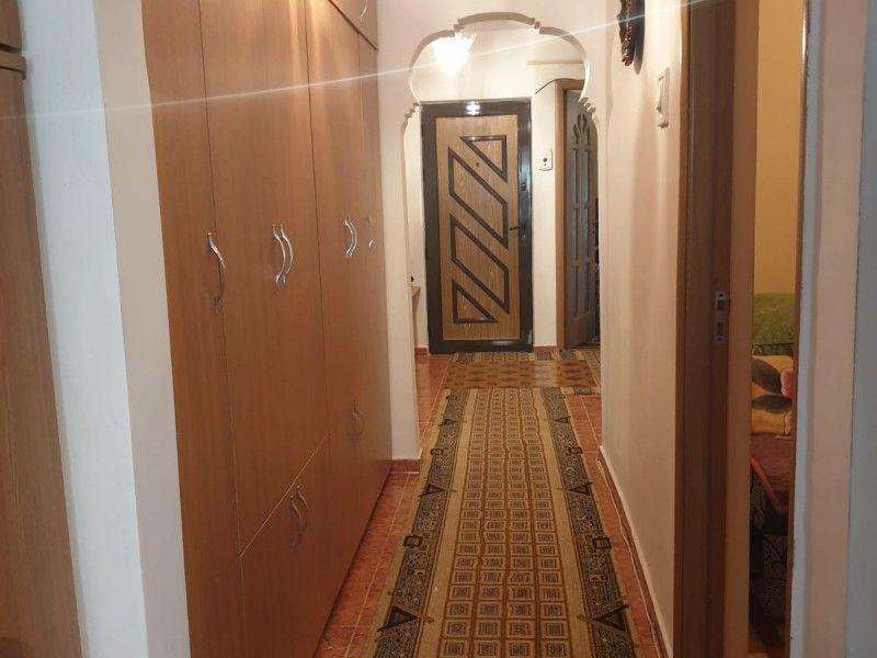Apartament de vanzare, 3 camere Decomandat  Nicolina -9