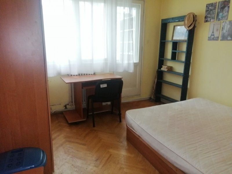 Apartament de vanzare, 3 camere Decomandat  Podu Ros -2