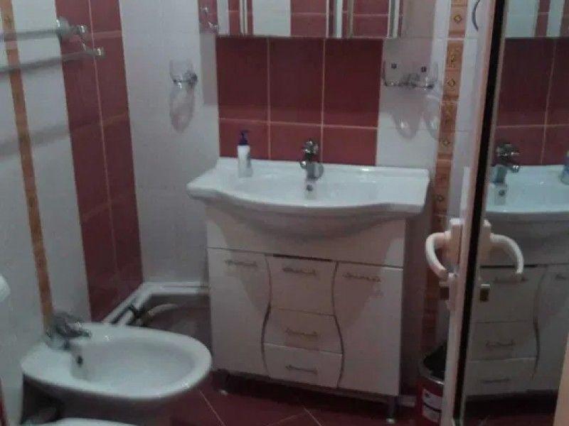Apartament de vanzare, 3 camere Semidecomandat  Tatarasi -3