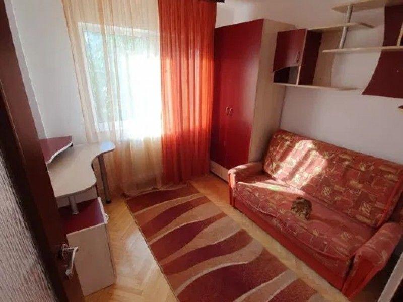 Apartament de vanzare, 4 camere Decomandat  CUG -8