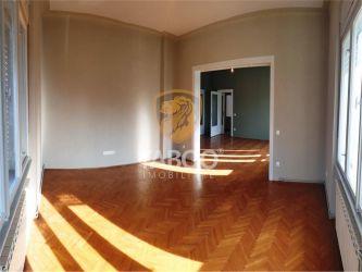 Apartament la casa 4 camere si garaj de inchiriat zona Centrala