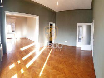 Apartament la casa cu 4 camere garaj si teren de vanzare zona Centrala