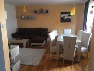 Inchiriez apartament 3 camere in casa