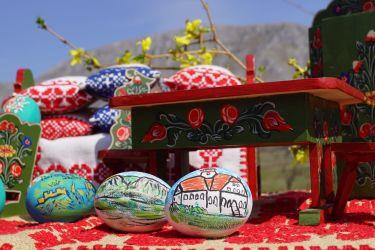 Mobiler miniatura plus oua din lemn pictate de mana zona Rimetea
