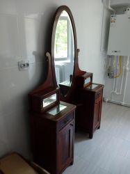 Toaleta veche cu oglinda