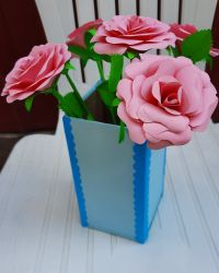 Vaza cu trandafiri de hartie